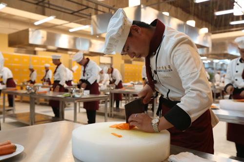 鲁菜厨师一个月多少钱