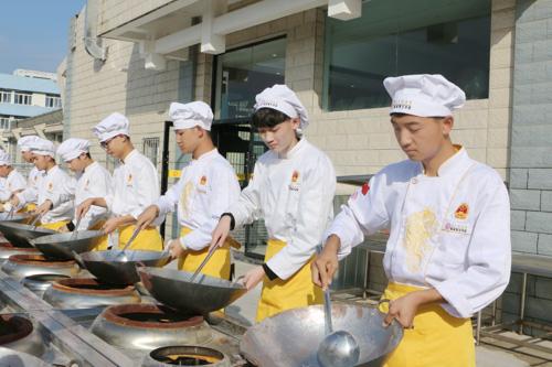 不做普通打工者,学烹饪技能拥有高薪工作