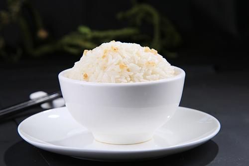 蒸饭小窍门将陈米夹生饭变美味