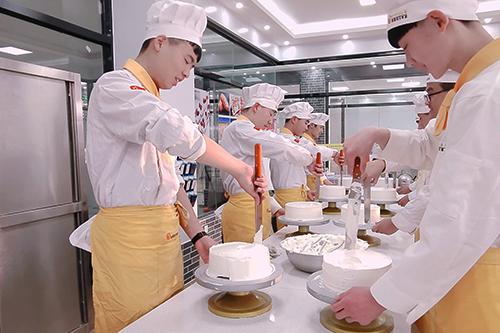 蛋糕店的生产学徒跟裱花师学徒的区别