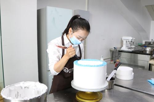 学蛋糕技术到厨师学校好还是去蛋糕店当学徒好